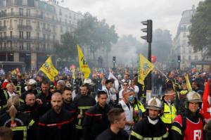 Παρίσι: Επεισόδια σε διαδήλωση πυροσβεστών – Αστυνομικοί έκαναν χρήση δακρυγόνων