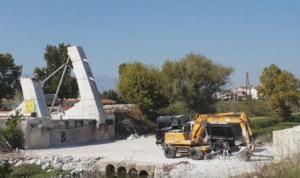 """Τρίκαλα: Τέλος η """"γέφυρα Καλατράβα"""" – Κατεδαφίζεται το μεγάλο έργο που πληρώσαμε και δεν ολοκληρώθηκε ποτέ – video"""