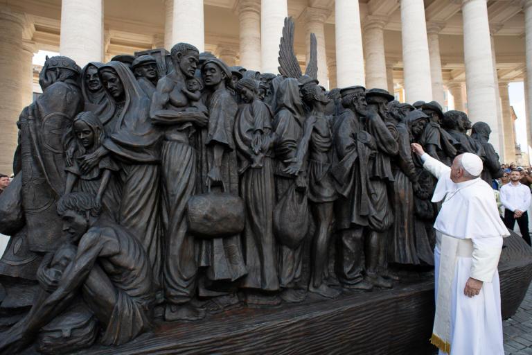 Ένα γλυπτό για την προσφυγιά, στην πλατεία του Αγίου Πέτρου, στο Βατικανό [Pics]