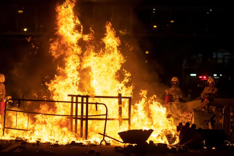 Νύχτα «κόλαση» στο Χονγκ Κονγκ με νέες διαδηλώσεις – 14χρονος τραυματίστηκε από αστυνομικά πυρά [Pics]