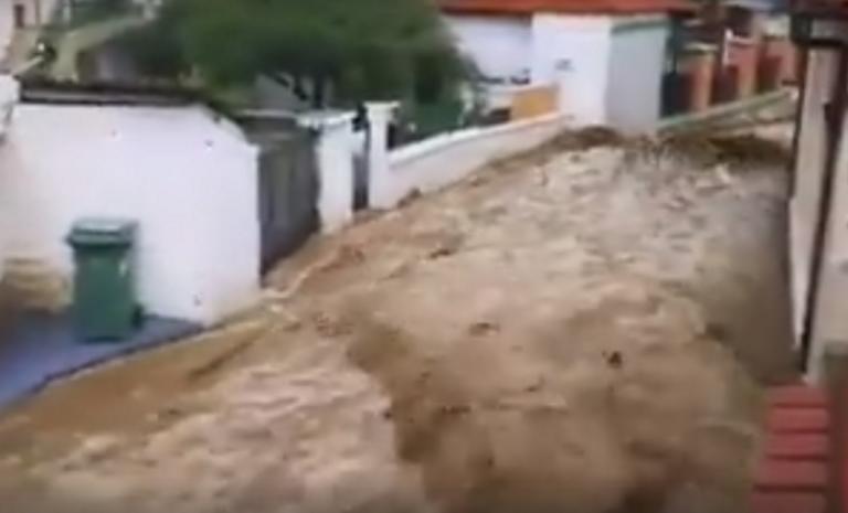Καιρός: Τόνοι νερού μπροστά από τα σπίτια τους – Τα πλάνα της κακοκαιρίας στη Θράκη κόβουν την ανάσα – video