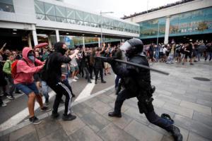 Βαρκελώνη: Επεισόδια μεταξύ αστυνομίας και διαδηλωτών μετά την καταδίκη εννέα αυτονομιστών