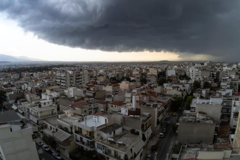 Καιρός: «Μαύρισε» η Αττική! Ισχυρές καταιγίδες