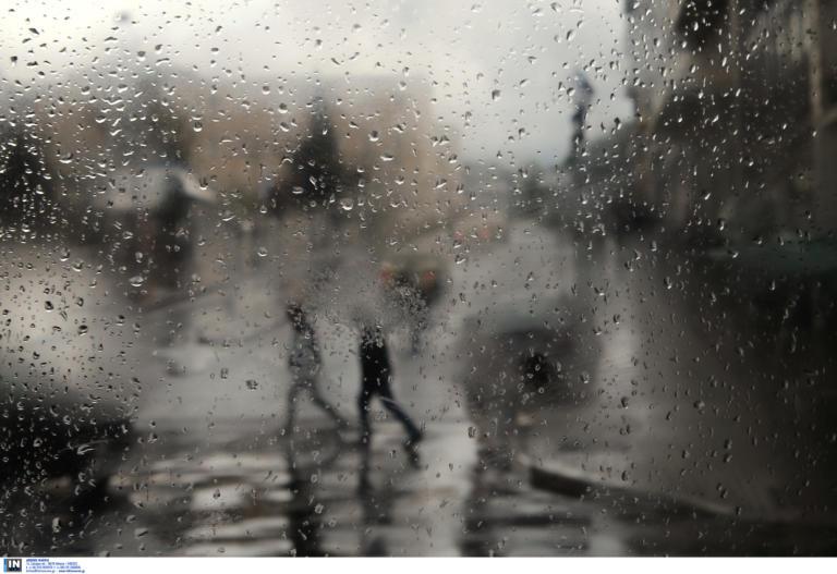 """Καιρός αύριο: """"Τσαγκαροδευτέρα"""" με βροχές και καταιγίδες – Πότε θα εξασθενήσουν τα φαινόμενα"""