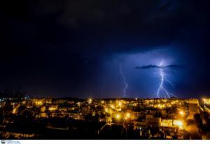 Καιρός: Βροχές και καταιγίδες έως το Σάββατο – Χαλάζι, κεραυνοί και… χιόνια!