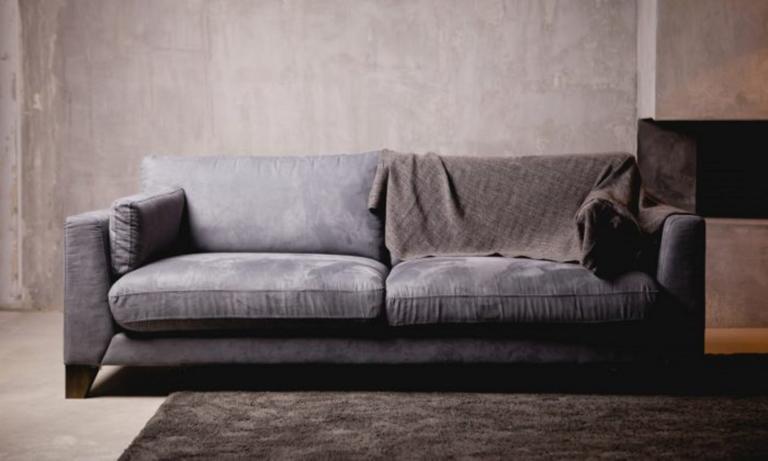 Αγόρασε μεταχειρισμένο καναπέ και αυτό που βρήκε της άλλαξε τη ζωή!