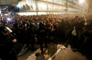 Βαρκελώνη: Ανελέητες συγκρούσεις αστυνομικών και διαδηλωτών – 78 τραυματίες