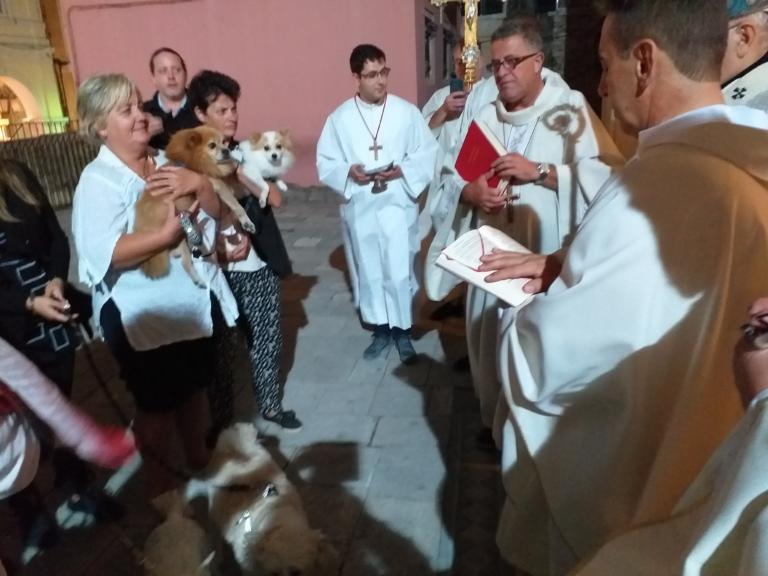 Κέρκυρα: Πήγαν τα ζώα τους στην εκκλησία για να τα ευλογήσουν – Οι εικόνες από το έθιμο!