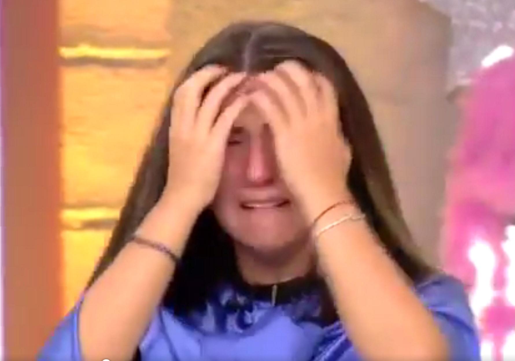 """Λιποθύμησε στον """"αέρα"""" αντιδρώντας στο νέο της κούρεμα! video"""