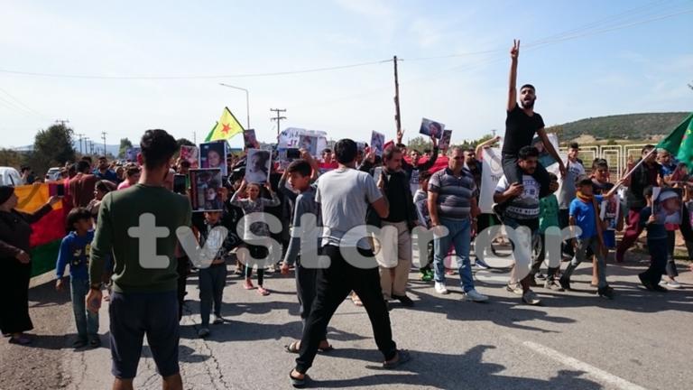Ριτσώνα: Κούρδοι πρόσφυγες κλαίνε για την τουρκική εισβολή [pics]