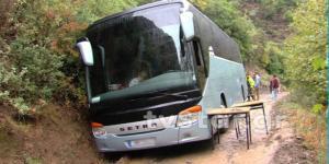 Συναγερμός για λεωφορείο ΚΑΠΗ που έπεσε σε χαντάκι
