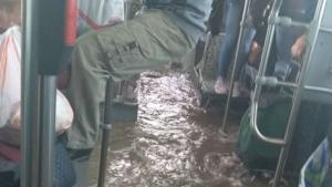 Πλημμύρισε λεωφορείο στον Ασπρόπυργο! Απίστευτες εικόνες – video