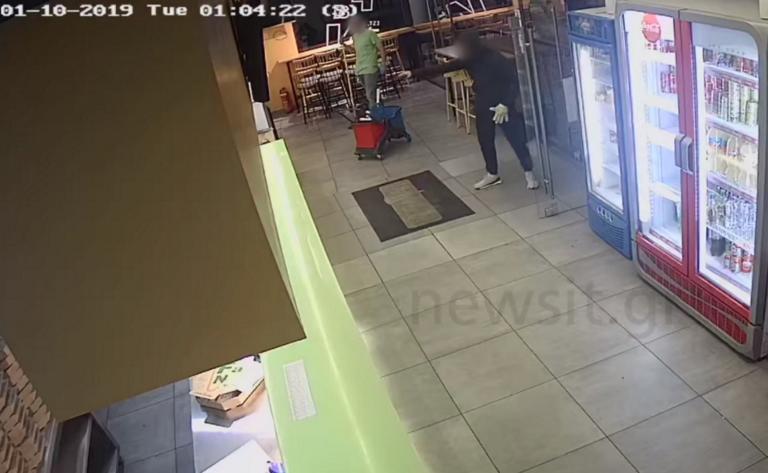 Γαλάτσι: «Τελείωνε μ@ρη»! Η στιγμή της ληστείας στην πιτσαρία – video