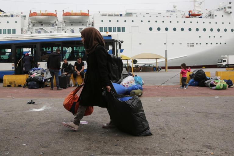 Πειραιάς: Στο λιμάνι 215 μετανάστες από την Μόρια