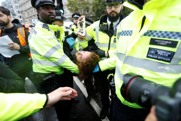 Λονδίνο: Η αστυνομία συνέλαβε 276 ακτιβιστές που συμμετείχαν σε διαδήλωση για το κλίμα