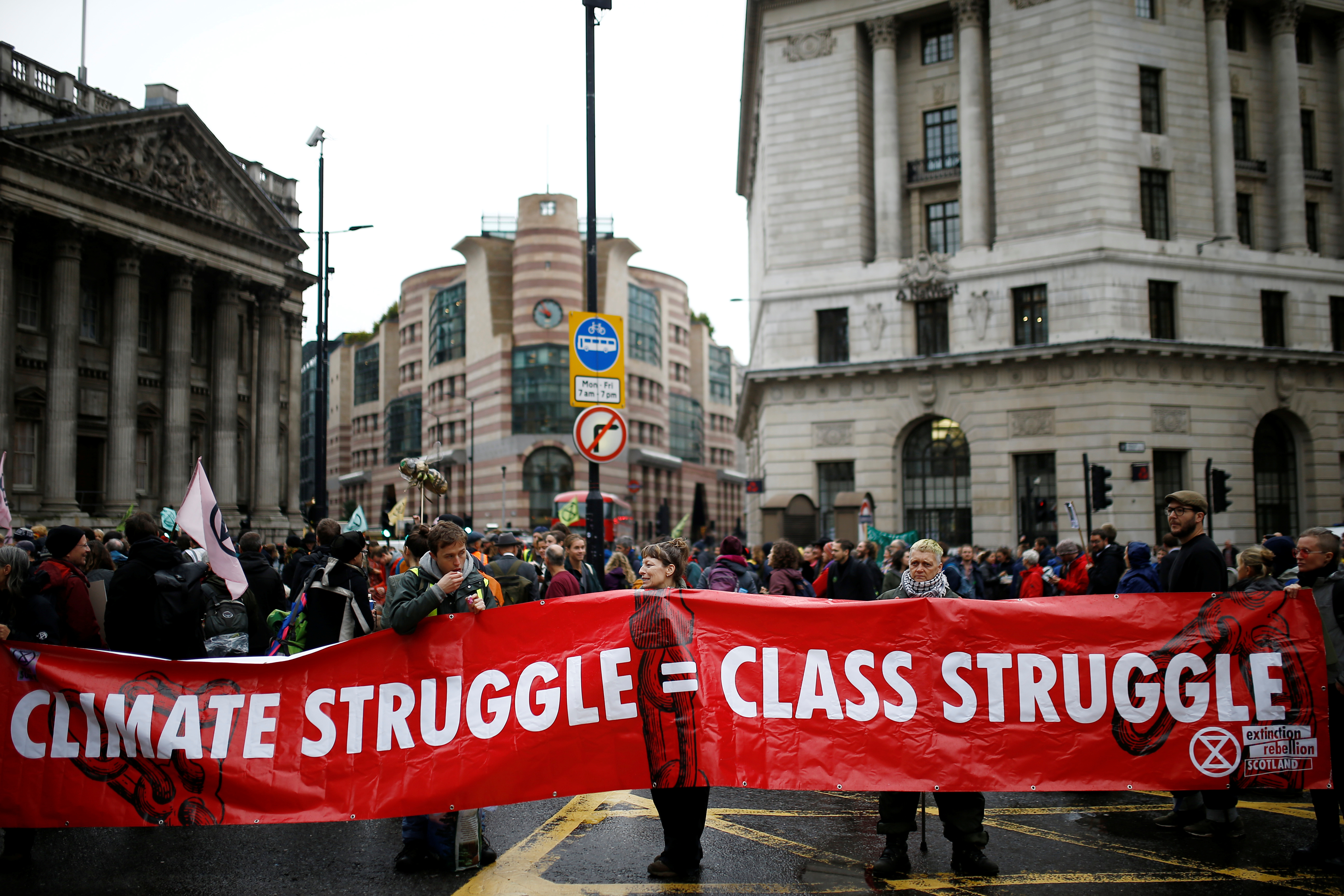 Ακτιβιστές για το κλίμα απέκλεισαν το Σίτι του Λονδίνου [pics]