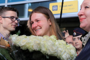 Έφτασε στην Μόσχα η Μαρία Μπούτινα – Λουλούδια και συγκίνηση στο αεροδρόμιο [pics]