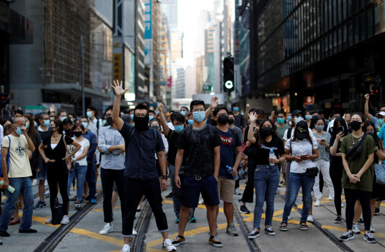 Χονγκ Κονγκ: 77 συλλήψεις διαδηλωτών για παραβίαση της απαγόρευσης της χρήσης μάσκας