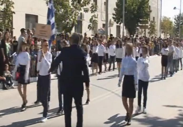 Πτολεμαϊδα: Η στιγμή που καθηγητής σπρώχνει μαθητή κατά τη διάρκεια της παρέλασης – video