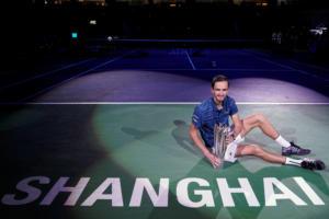 "Shanghai Masters: ""Διέλυσε"" τον Ζβέρεφ ο Μεντβέντεφ! Μετά τον Τσιτσιπά κατέκτησε και τον τίτλο – video"