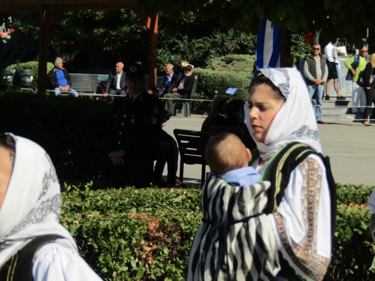 28η Οκτωβρίου: Αυτή η μαμά παρέλασε μαζί με το μωρό της