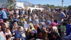 «Η Μόρια είναι φυλακή» – Διαμαρτυρία προσφύγων έξω από τον καταυλισμό