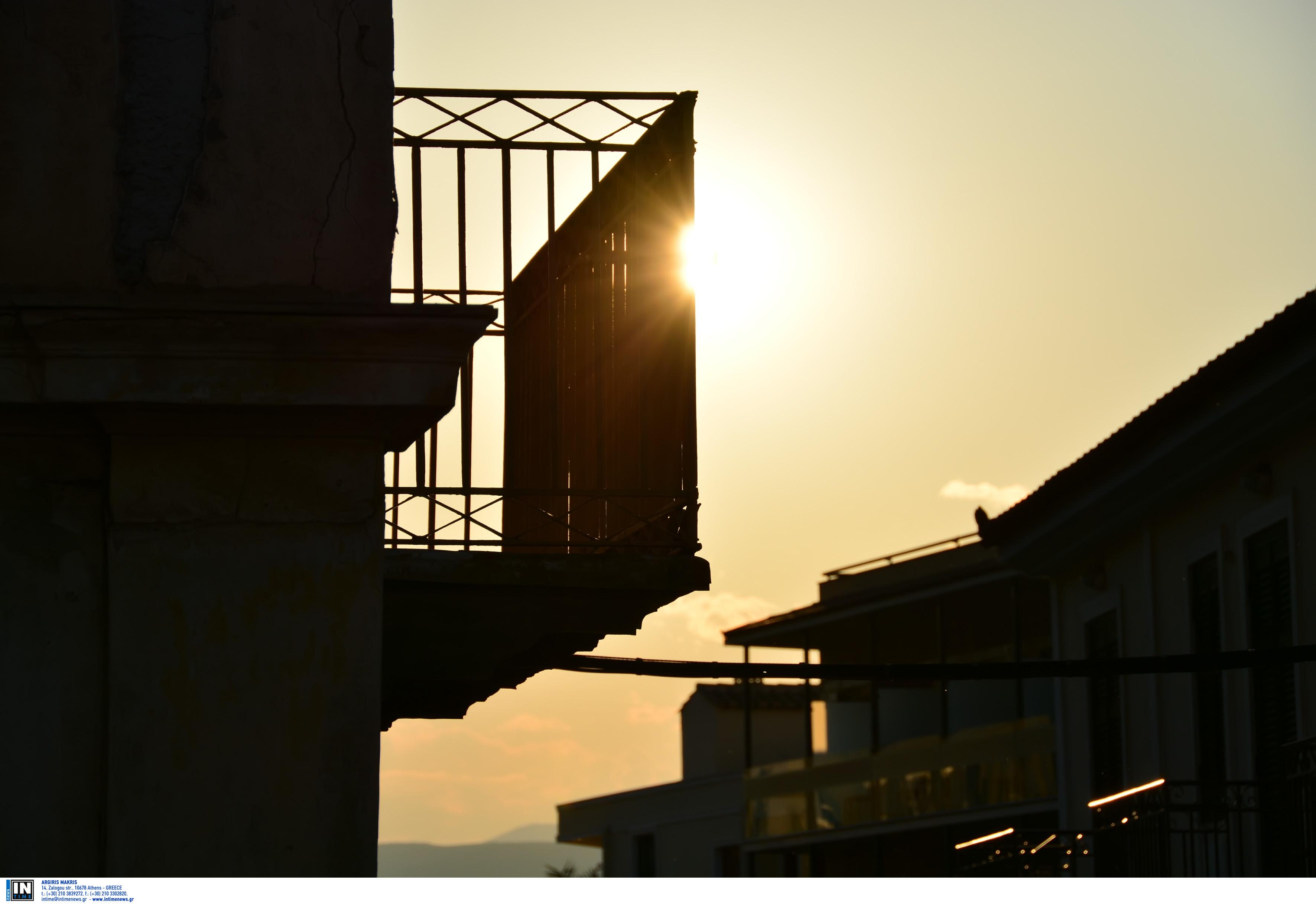 Κορονοϊός: Βγήκε στο μπαλκόνι και άρχισε να ψαρεύει! Το αμίμητο βίντεο στην Κρήτη