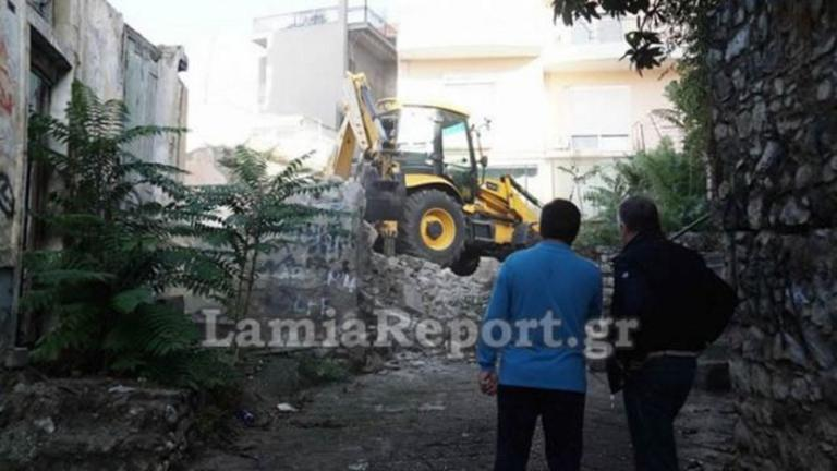Λαμία: Έπιασαν δουλειά οι μπουλντόζες – Ξεκίνησε η κατεδάφιση επικίνδυνων σπιτιών – video