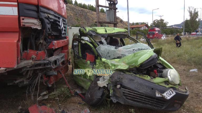 Ναύπλιο: Σφοδρή σύγκρουση νταλίκας με αυτοκίνητο!