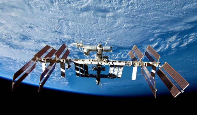 Πεντάωρος περίπατος στο διάστημα για αλλαγή μπαταριών! Η απορία των αστροναυτών πάνω από τη Μεσόγειο!