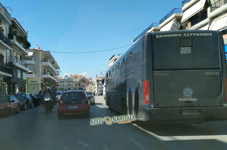 Ναύπλιο: Λεωφορείο της αστυνομίας γεμάτο κρατούμενους έμεινε στη μέση του δρόμου – Ο οδηγός κατάλαβε ότι κάτι δεν πάει καλά [pics]
