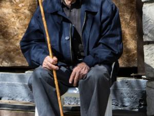 Θεσσαλονίκη: Ραγίζουν καρδιές τα δάκρυα του παππού – Οργή για το νεαρό που τον λήστεψε!