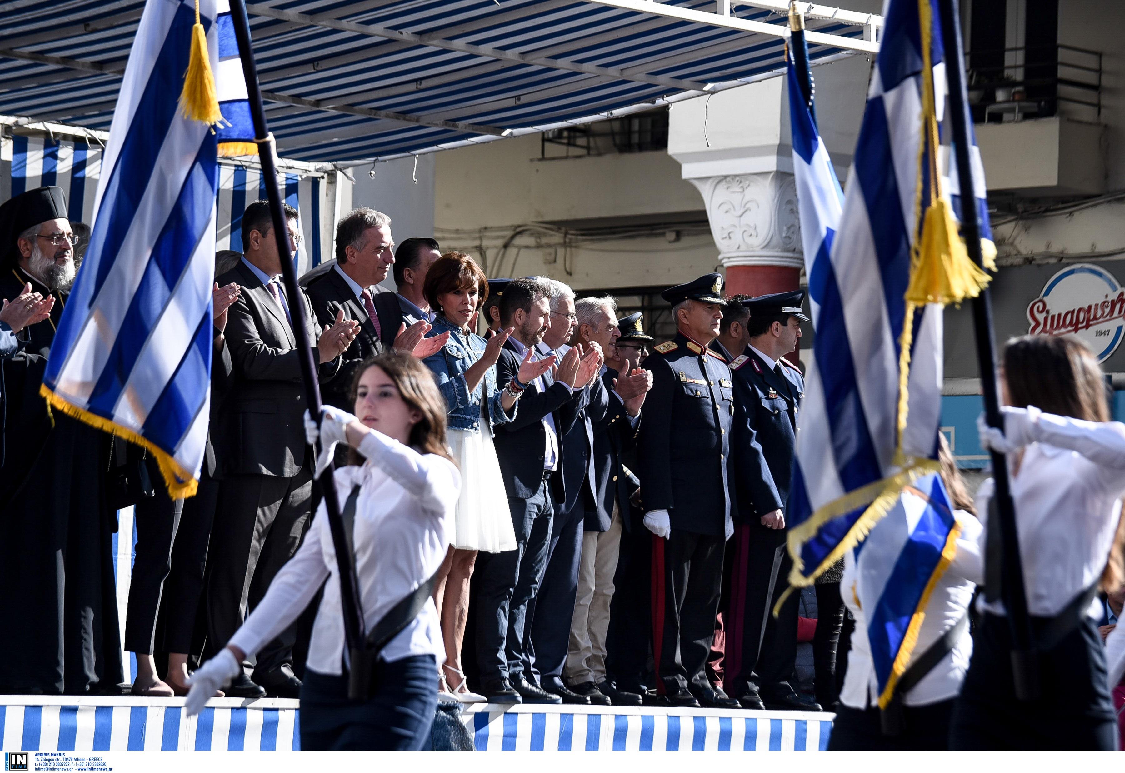 Οι άριστοι θα κρατούν τη σημαία στις παρελάσεις – Στη Βουλή η ρύθμιση