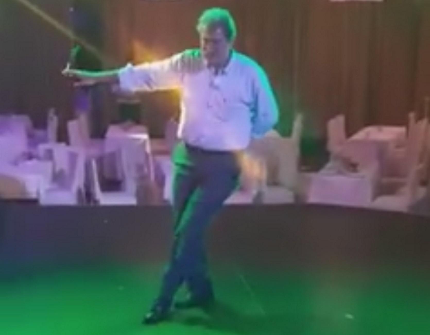 Ηράκλειο: Ο Παύλος Πολάκης ανάβει τσιγάρο και χορεύει το αγαπημένο του ζεϊμπέκικο – video