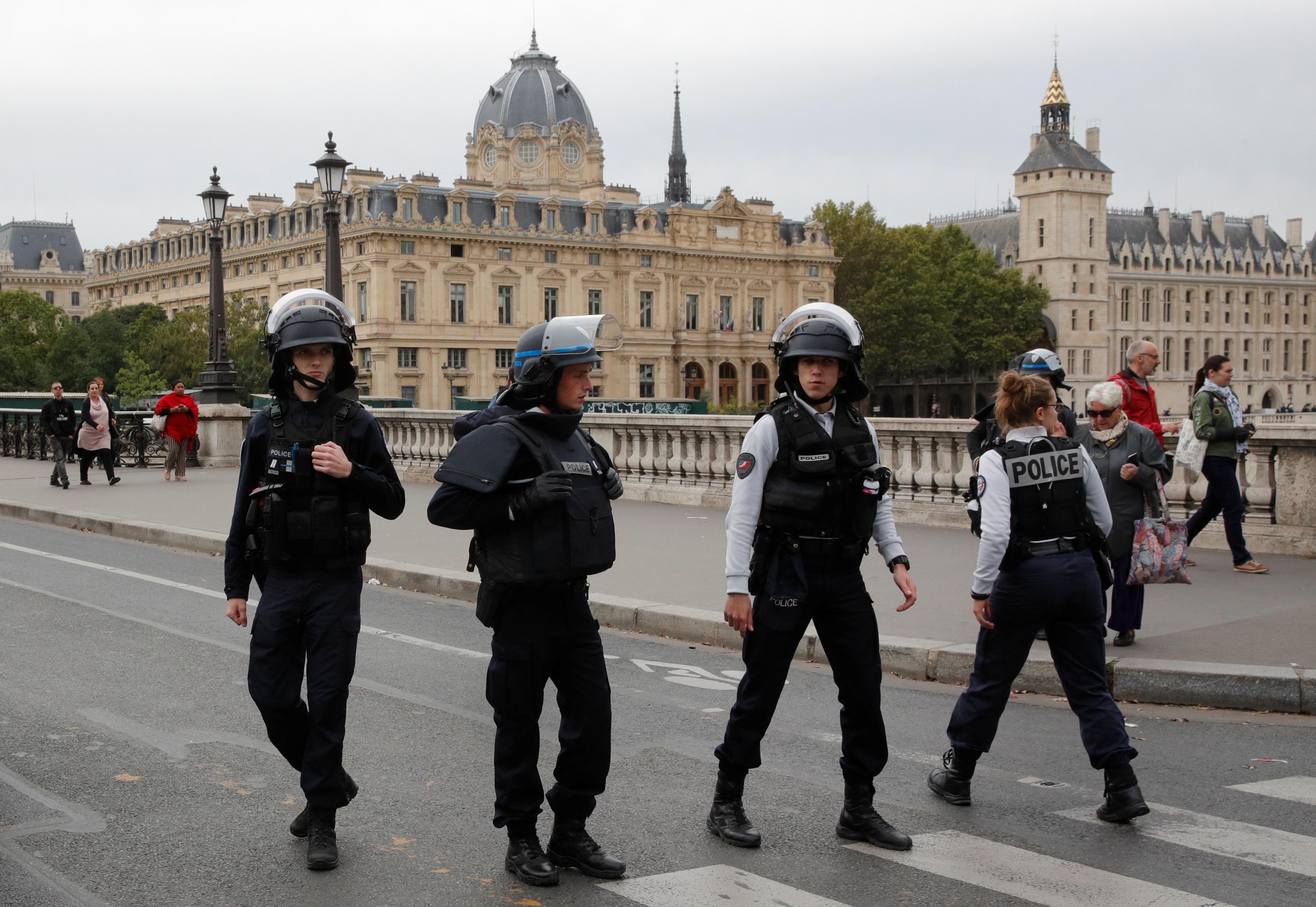 Επίθεση με μαχαίρι σε αστυνομικούς στο Παρίσι