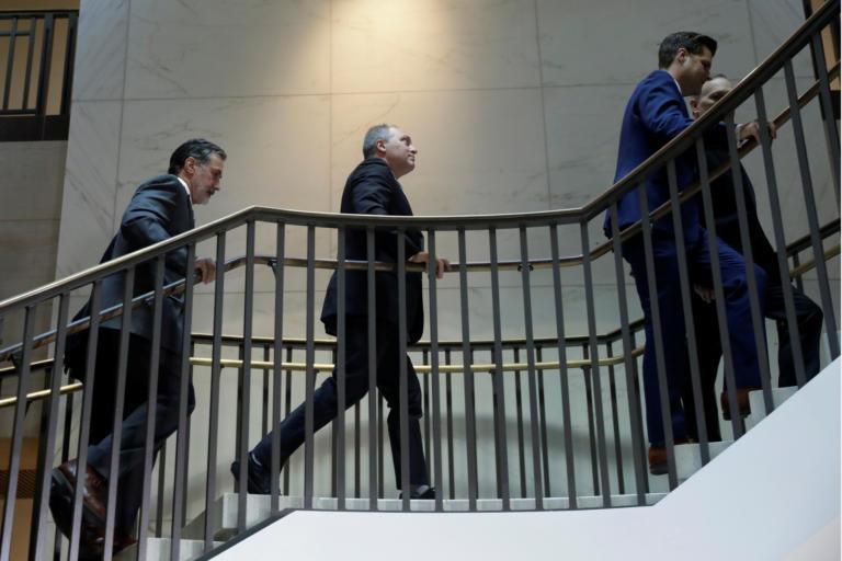"""""""Ντου"""" Ρεπουμπλικανών στην κατάθεση μάρτυρα που ενδέχεται να οδηγήσει στην παραπομπή του Τραμπ! [Pics]"""