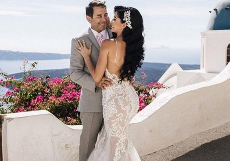 Σαντορίνη: Το νυφικό της εντυπωσίασε τους πάντες – Ο διάσημος γαμπρός και η νύφη σε πελάγη ευτυχίας [pics]