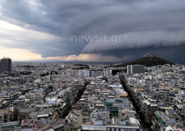 Shelf cloud: Συγκλονιστικές εικόνες από το… παράξενο σύννεφο που «σκέπασε» την Αττική!