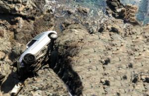 """Σύρος: Το διαλυμένο αυτοκίνητο στον γκρεμό """"πάγωσε"""" τους πάντες – Η ευχάριστη έκπληξη που ακολούθησε!"""