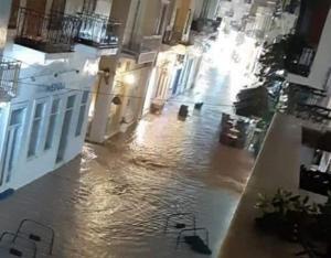 Σύρος: Η νύχτα που η Ερμούπολη έγινε Βενετία – Εικόνες που προβληματίζουν μετά από λίγα λεπτά βροχής – video