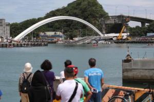 Ταϊβάν: Σοκάρουν οι εικόνες από την γέφυρα που έπεσε πάνω σε πλοία – video