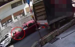 Θεσσαλονίκη: Βίντεο σοκ από τη στιγμή που αυτοκίνητο παρασύρει γυναίκα