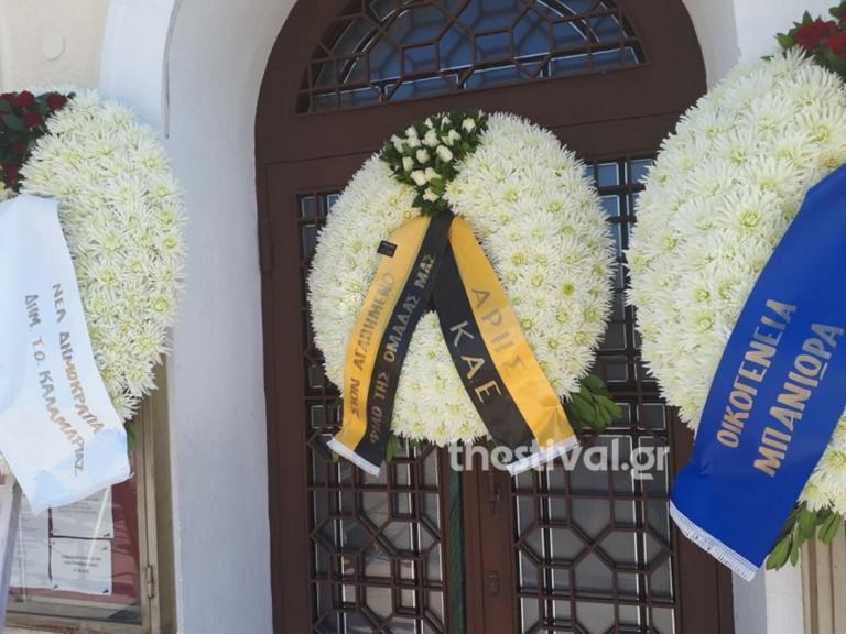Θεσσαλονίκη: Αβάσταχτος πόνος στην κηδεία του φιλάθλου που σκοτώθηκε στο γήπεδο της Καλαμαριάς [pics, video]