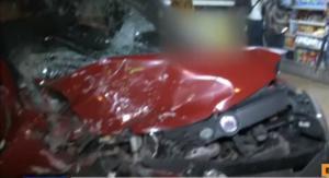 Τρόμος στη λεωφόρο Λιοσίων! Αυτοκίνητο έπεσε πάνω σε σταθμευμένα ταξί