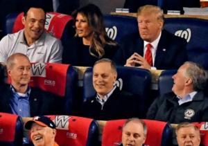 Γιούχαρε τον Τραμπ όλο το γήπεδο! Video