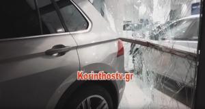"""Κόρινθος: Οδηγός """"ραλίστας"""" διέλυσε αντιπροσωπεία αυτοκινήτων – Χτύπησε και τρία παρκαρισμένα ΙΧ – video"""