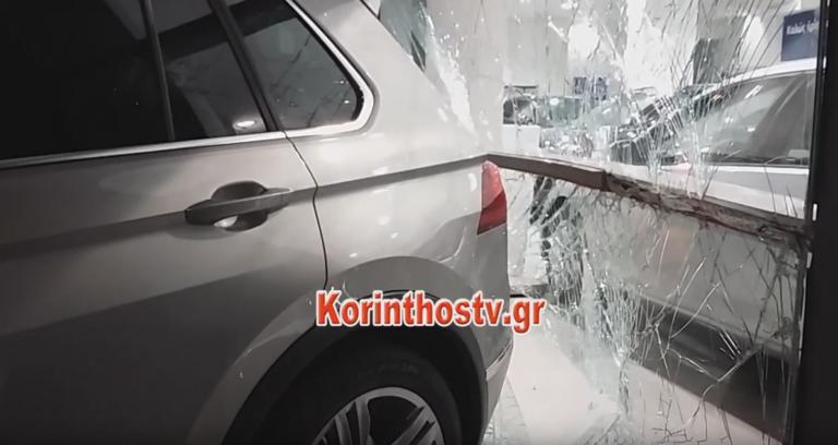 Κόρινθος: Οδηγός «ραλίστας» διέλυσε αντιπροσωπεία αυτοκινήτων – Χτύπησε και τρία παρκαρισμένα ΙΧ – video