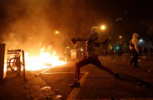 Βαρκελώνη: Άγρια επεισόδια στην πόλη – Εκατοντάδες διαδηλωτές πυρπόλησαν κάδους [pics]