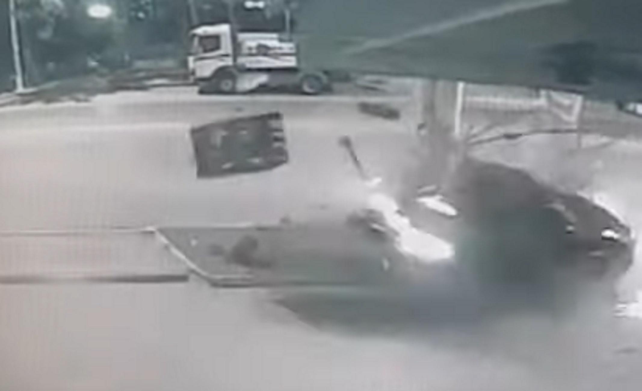 """Θεσσαλονίκη: Η στιγμή που αυτοκίνητο """"καρφώνεται"""" με μεγάλη ταχύτητα σε βενζινάδικο – Βίντεο ντοκουμέντο!"""