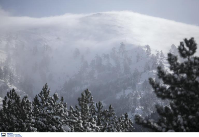 Έφτασε ο χειμώνας! Πυκνό χιόνι στον Όλυμπο – Το έστρωσε για τα καλά